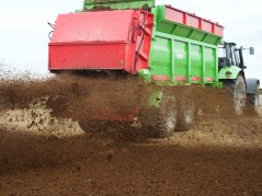 В Белоруссии началось внесение органических удобрений под весенний сев следующего года